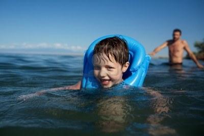 13649741-sonriendo-natacion-nino-en-el-chaleco-salvavidas-y-el-padre