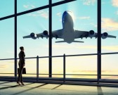 19749435-imagen-de-la-empresaria-en-el-aeropuerto-mirando-avion-despegando