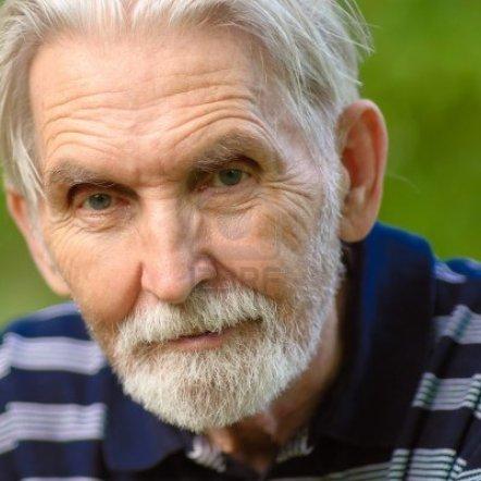 7296415-hombre-anciano-con-barba-gris-pelo-cierre-contra-la-trama-personal