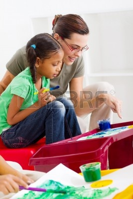 7795783-profesor-ayudando-a-joven-estudiante-de-arte-pintura